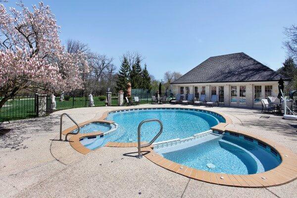 Oval-shaped-concrete-spa-in-Saint-Louis-Missouri